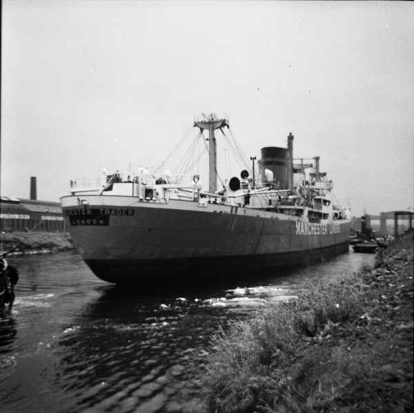 image 100 - 'manchester trader' entering latchford locks outward