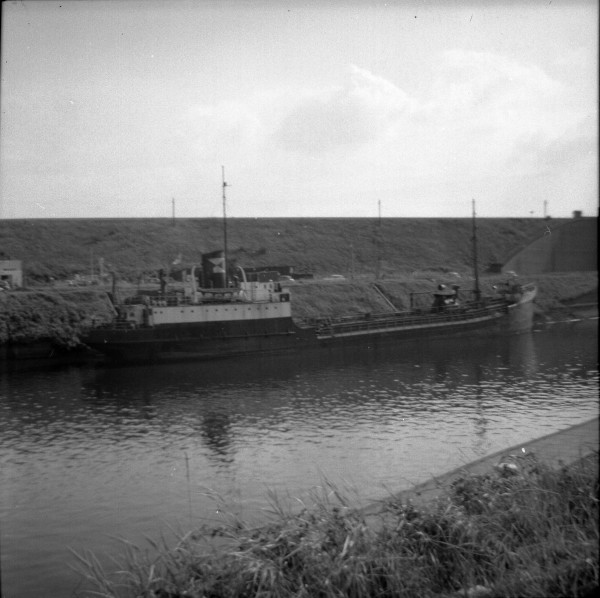 image 131 - everard coastal tanker on latchford lower dolphins