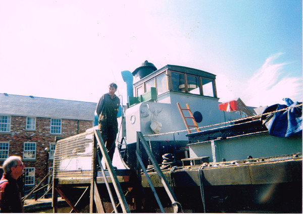 image barry low welcoming visitors on cudding at the boat museum festival, late 1990s