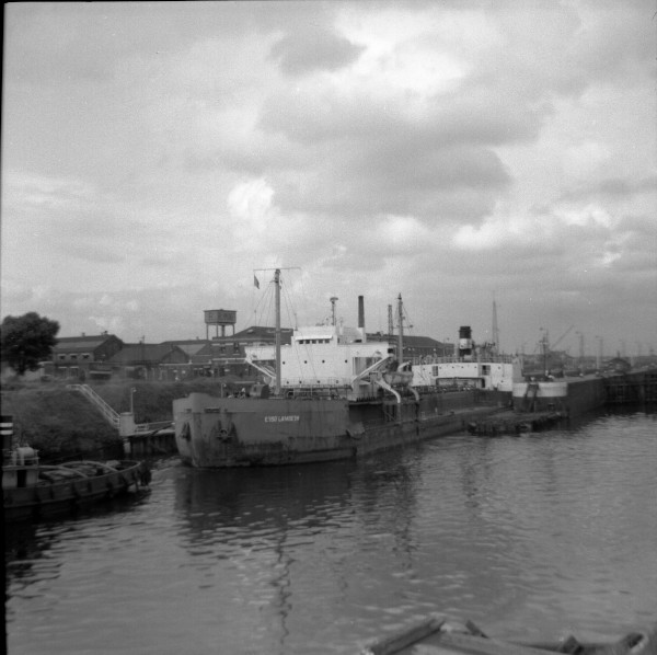 image 113 - 'esso lambeth' leaving latchford locks outward