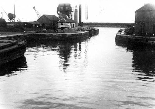 image c03238 ellesmere port entrance to basin 1960's